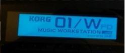 Podsvícený LCD displej syntezátoru Korg 01/W