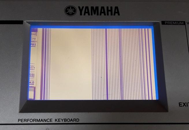 Yamaha PSR-S500 s vadným displejem